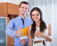 Porträt von den Paaren, die zuhause Darlehen von Kreditinstituten beantragen Stockfotografie