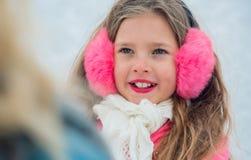 Porträt von den Rochen des kleinen Mädchens, die oben auf Mutterabschluß schauen stockfotografie