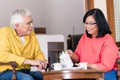 Porträt von den ruhigen älteren Paaren, die einen Tasse Kaffee am hom genießen Lizenzfreie Stockfotos