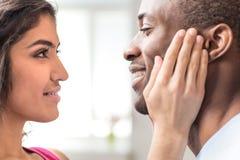 Porträt von den schönen Paaren, die einander betrachten Lizenzfreies Stockbild