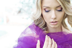 Porträt von den schönen sexy netten Mädchen blond mit schönem leichtem makeups Blumengarten mit purpurrotem Tulle auf den Schulte Stockbilder