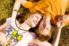 Porträt von den spielerischen jungen Liebespaaren, die Spaß haben stockbilder