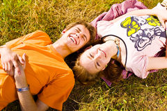 Porträt von den spielerischen jungen Liebespaaren, die Spaß haben lizenzfreie stockfotos