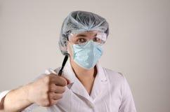 Porträt von Doktor in der Maske und Hut halten Skalpell auf neutralem Hintergrund Medcine-Konzept Stockfotos