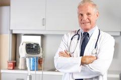 Porträt von Doktor In Doktor Office Stockfotografie
