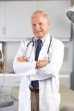 Porträt von Doktor In Doktor Office Lizenzfreie Stockfotografie