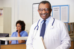 Porträt von Doktor At Nurses Station stockfotos