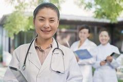 Porträt von Doktor Smiling im Hof Lizenzfreie Stockfotos
