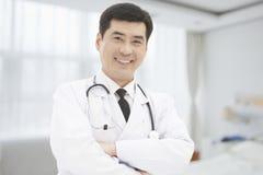 Porträt von Doktor Standing With Arms kreuzte Stockfoto