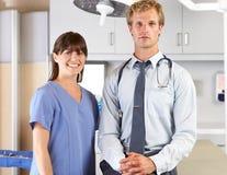 Porträt von Doktor und von Krankenschwester in Office Doktors Lizenzfreies Stockbild