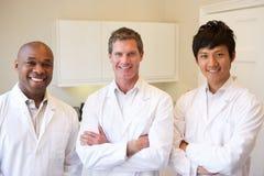 Porträt von drei Doktoren In American Hospital stockfotografie