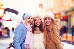 Porträt von drei glücklichen Mädchen, Freunde zusammen auf Winterstraße stockfotos