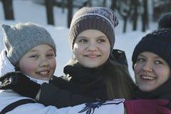 Porträt von drei Jugendlichen, die draußen Winterhüte im Winter tragen Stockfotografie