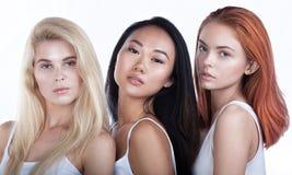 Porträt von drei jungen Schönheiten lizenzfreie stockfotos
