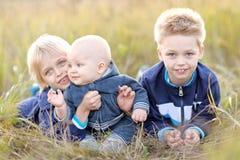 Porträt von drei kleinen Jungen auf dem Strand stockfotos