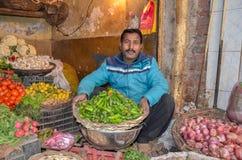 Porträt von ein Gemüseverkäufer in der berühmten Lebensmittel-Straße, Lahore, Pakistan Lizenzfreie Stockfotos