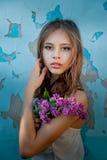 Porträt von A eine lila Niederlassung girlholding Stockfotos