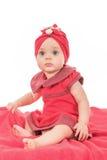 Porträt von einem Babynetten gekleidet in der roten Kleidung, die nach Aufmerksamkeit sucht stockbilder