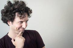 Porträt von einem jungen, kaukasisch, Brünette, gelockter behaarter Mann mit MO lizenzfreie stockfotos