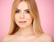 Porträt von einem recht blonden Stockbild