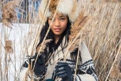 Porträt von einer jungen Frau in einer Wiese im Winter stockfotos
