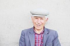 Porträt von elederly lächeln Mann in der Schutzkappe Stockfotos