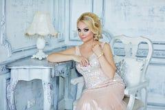 Porträt von eleganten schicken Mädchen sind mit blauen Augen in einem PU blond Stockbilder