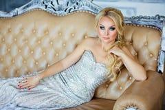 Porträt von eleganten schicken Mädchen sind mit blauen Augen in einem Si blond Lizenzfreie Stockfotografie