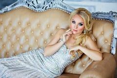 Porträt von eleganten schicken Mädchen sind mit blauen Augen in einem Si blond Lizenzfreies Stockfoto