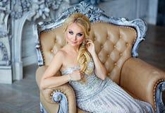 Porträt von eleganten schicken Mädchen sind mit blauen Augen in einem Si blond Stockfoto