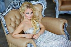Porträt von eleganten schicken Mädchen sind mit blauen Augen in einem Si blond Stockbilder