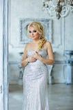 Porträt von eleganten schicken Mädchen sind mit blauen Augen in einem Si blond Stockbild