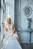 Porträt von eleganten schicken Mädchen sind mit blauen Augen rauchiges i blond Stockfoto