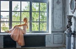 Porträt von eleganten schicken Mädchen sind mit blauen Augen rauchiges i blond Stockbild