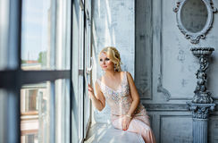 Porträt von eleganten schicken Mädchen sind mit blauen Augen rauchiges i blond Lizenzfreie Stockbilder