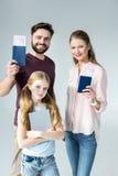 Porträt von Eltern mit Pässen und Karten und Tochter mit Tablette lizenzfreies stockbild