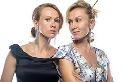 Porträt von ernsten Frauen in den Kleidern, die zurück schauen Lizenzfreies Stockfoto
