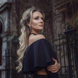 Porträt von erstaunlichen Blondinen auf dunklem Hintergrund Stockfotografie