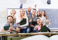Porträt von erwachsenen Studenten an der Klasse stockfoto