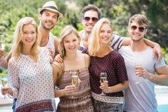 Porträt von Freunden mit Gläsern Champagner Stockbild