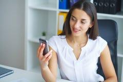 Porträt von Geschäftsfrau-Working In Creative-Büro lizenzfreies stockfoto