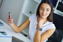 Porträt von Geschäftsfrau-Working In Creative-Büro stockbilder