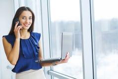 Porträt von Geschäftsfrau-Working In Creative-Büro lizenzfreies stockbild