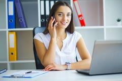 Porträt von Geschäftsfrau-Working In Creative-Büro stockfotografie