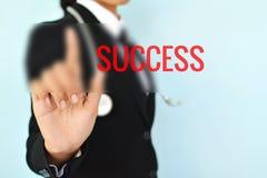 Porträt von Geschäftsfrauen mit Erfolgswort auf blauem Hintergrund s Stockfoto