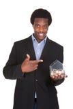 Porträt von Geschäftsmann-Showing His Money-Kasten Lizenzfreies Stockfoto