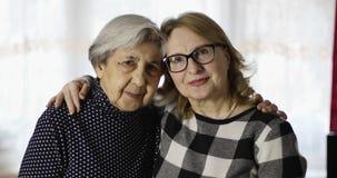 Porträt von glückliche ältere Frauen stock video footage