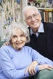 Porträt von glücklichen älteren Paaren zu Hause zusammen Stockbilder