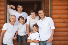 Porträt von glücklichen gutaussehenden Männern auf Hintergrund des Holzhauses Stockbilder