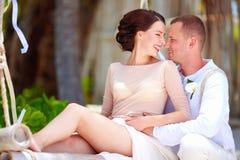 Porträt von glücklichen Hochzeitspaaren auf tropischem Strand Lizenzfreie Stockfotografie